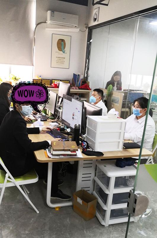 办公室伙伴们戴好口罩工作